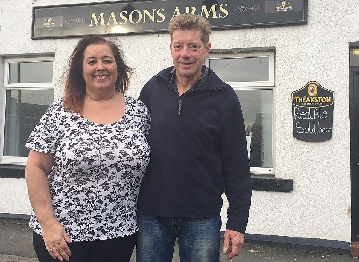 Amanda-and-Nigel-outside-Mason's-Arms